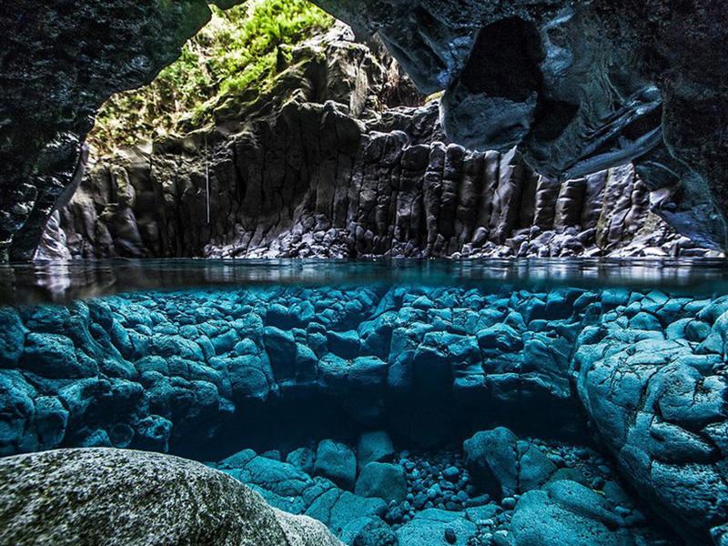 Подводная часть пещеры на острове Занзибар в Танзании.