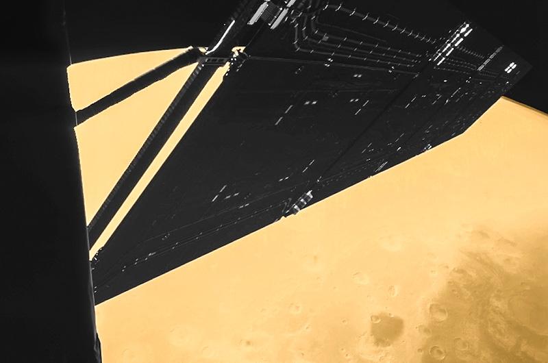 Этот снимок на фоне пылающего Марса сделан 23 февраля 2007 года устройством CIVA, установленном на спускаемом аппарате «Филы», недавно совершившем посадку на комету Чурюмова — Герасименко. В момент сэлфи аппарат был всего в тысяче километров от поверхности Марса.
