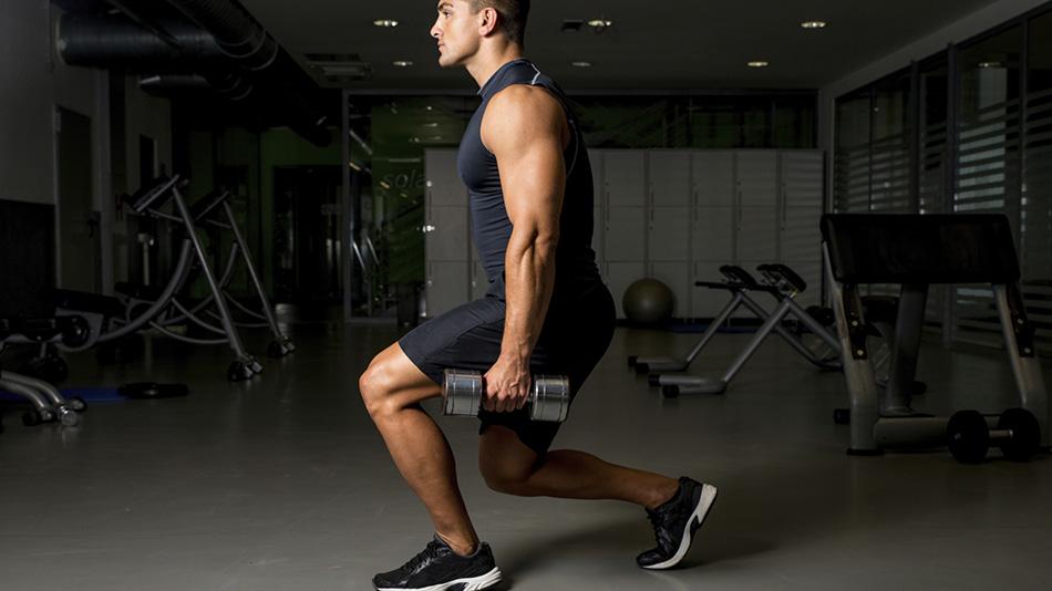 Ходьба с выпадами Самое удивительное открытие в функциональных тренировках за последние лет 15 — это понимание того, что боль в коленях почти всегда вызвана слабыми мышцами таза. Стабилизирующие мышцы верхней части ног идут от тазобедренного сустава к коленям. Ходьба с выпадами очень хорошо укрепляет суставы ног, после чего без проблем можно хоть кататься на лыжах, хоть преодолевать тысячи ступеней. Сгибайте переднее колено на 90 градусов при каждом шаге.
