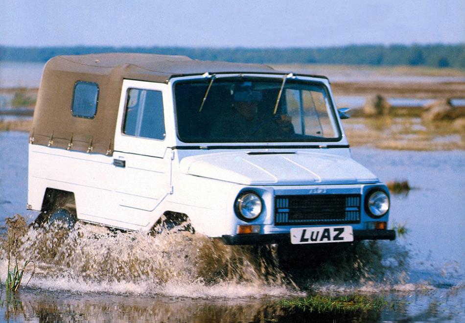 В начале 90-х— примерно тогда, когда двигатель от«Запорожца» сменился двигателем от«Таврии»— ЛуАЗ-969 стал ЛуАЗом-1302 из-за смены индексов в СССР. Новый двигатель уже имел жидкостное охлаждение, 4 цилиндра и 53 лошадиные силы.«Волынь» теперь расходовала 7,7 литров на 100 километров (в отличие от предыдущих официальных 10) и развивала максимальную скорость до 100 километров в час (до этого было 85). Примерно через год после запуска новой модели Украина вышла из состава СССР и контакты ЛуАЗа с Россией прекратились.