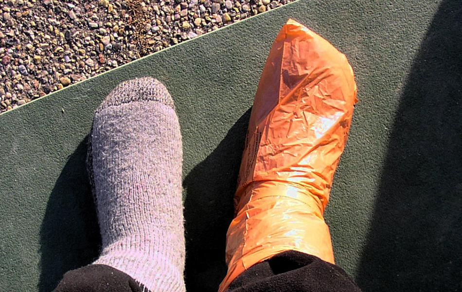 Не допускайте испарений на ваших ногах. Для этого есть специальные недышащие силиконовые «носки», которые и сохранят ваши ноги в тепле, и не допустят попадания влаги внутрь. Если не хотите на них тратиться, воспользуйтесь обычными целлофановыми пакетами.