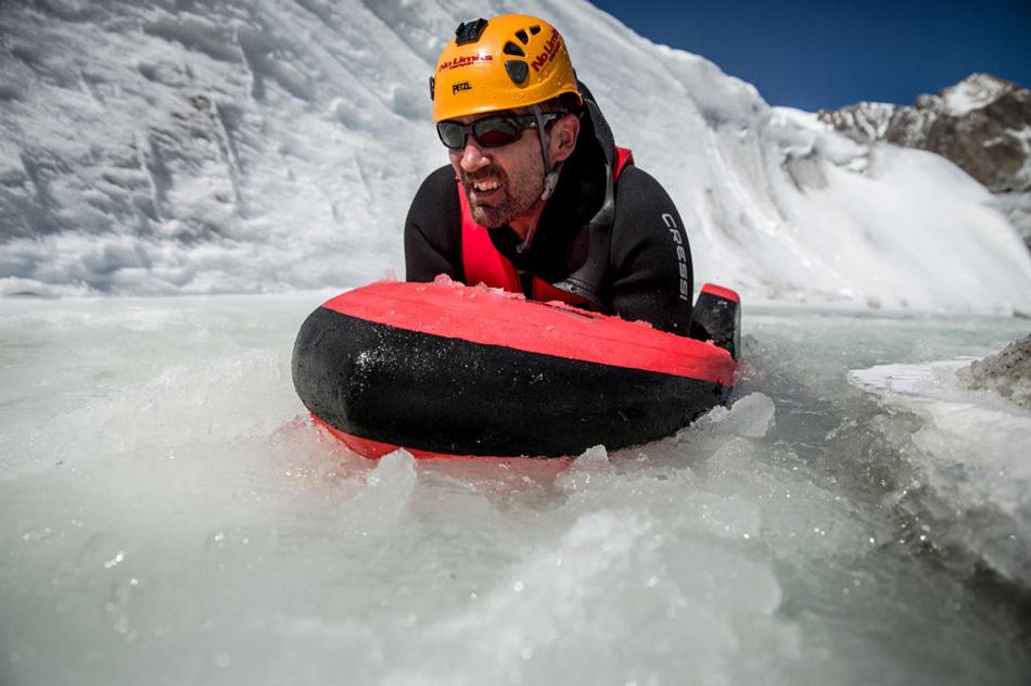 Гидроспид позволяет спортсмену держаться на воде в горизонтальном положении и таким образом значительно увеличивает его плавучесть и снижает риск внезапного затягивания под воду.