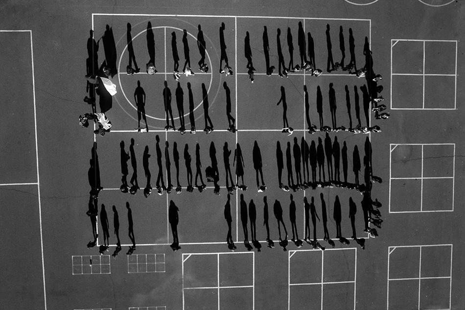 Ученики и их тени на школьной площадке в округе Эль-Дорадо, штат Калифорния, США.