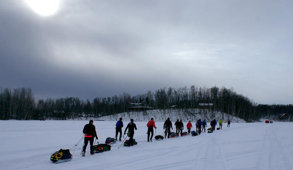 В заезде на 1 500 километров по дикой Аляске ежегодно соревнуются 55 участников. Обычно под названием «Идитарод» понимают известные в этой местности гонки на собачьих упряжках, но в «Iditarod Trail Invitational» люди передвигаются пешком, на велосипеде и на лыжах от озера Ник до города Ном без какой-либо электронной навигации.