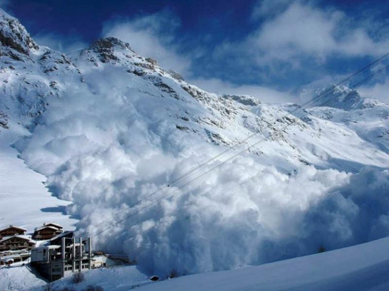 Правило №8 Наиболее часто лавины сходят на склонах с углом уклона где-то между 35 и 45 градусами. Там, где уклон меньше 30 градусов, такого почти не происходит.