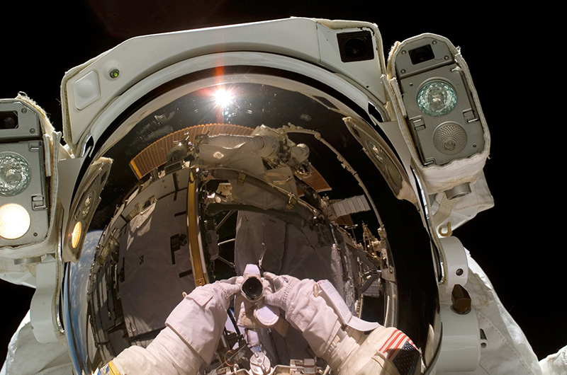 12 сентября 2006 года астронавт Хайдемари Марта Стефанишин-Пайпер сняла себя в открытом космосе во время миссии STS-115 — второй после более чем трехлетнего перерыва, вызванного катастрофой шаттла «Колумбия», миссии по дальнейшему строительству МКС.