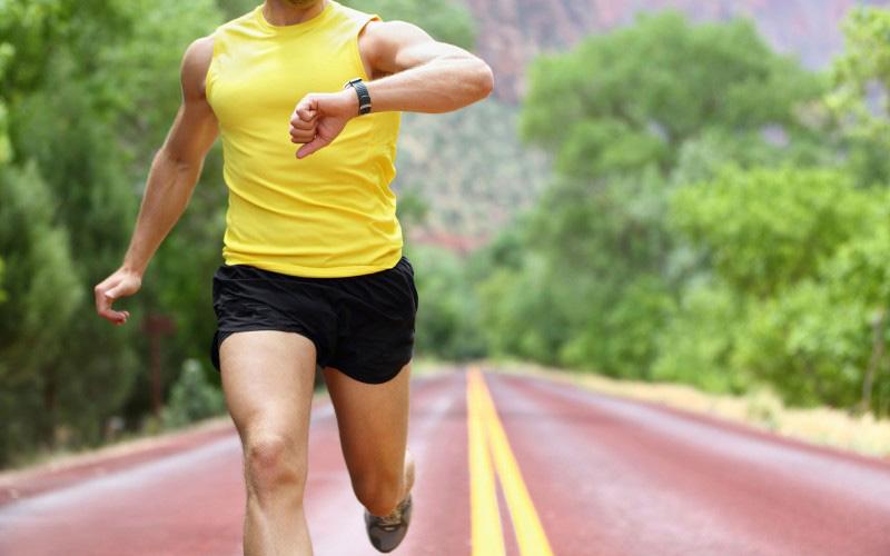 Учащенное сердцебиение и дыхание Недостаток вод означает недостаток крови, а следовательносердце должно качать быстрее, тем самым наверстывая ее уменьшившееся количество. Учащенное сердцебиение и дыханиевкупе с пониженным давлением повышают вероятность дегидратационного шока. В этом случае нужна немедленная и квалифицированная медицинская помощь.