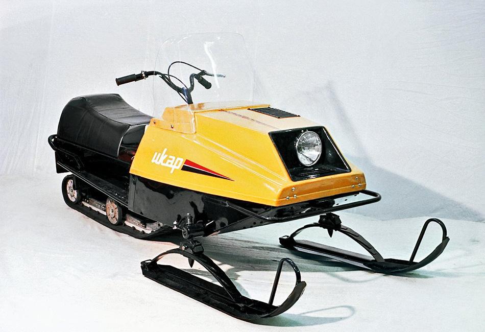 В 1984 году было выпущено 50 легких двухлыжных снегоходов «Икар», внешне сильно напоминавших Yamaha Exciter-440 конца 70-х. Модель отличалась мягким ходом благодаря склизовой подвеске гусеницы, малым весом и экономичностью. Также привлекала возможность штамповать капот целиком из листа. Модель оценили гонщики, и часть машин сразу пошла в спорт.