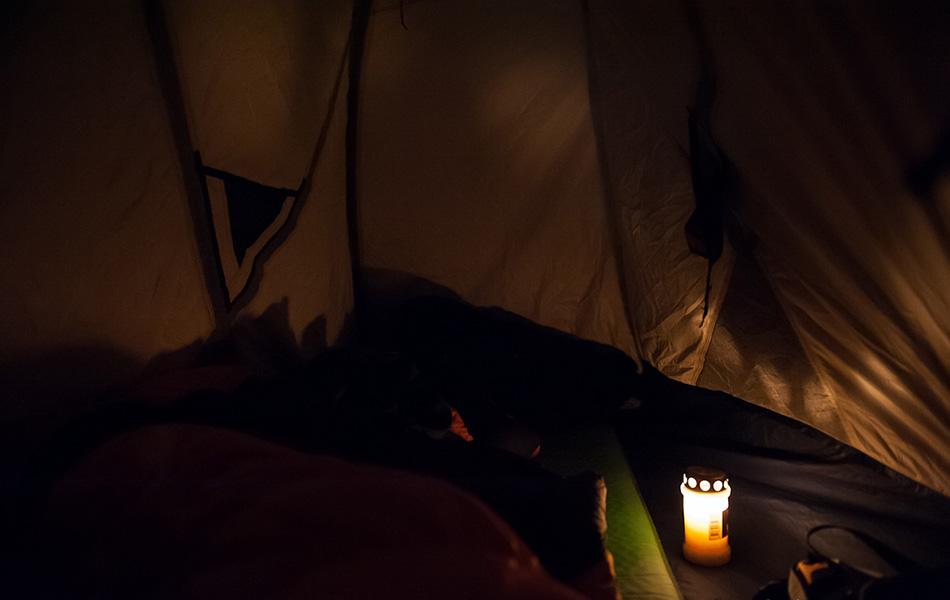 Несмотря на то, что есть налобные фонарики, захватите с собой свечки. Если аккуратно зажечь ее вечером и оставить в палатке на ночь, она даст немного дополнительного тепла.