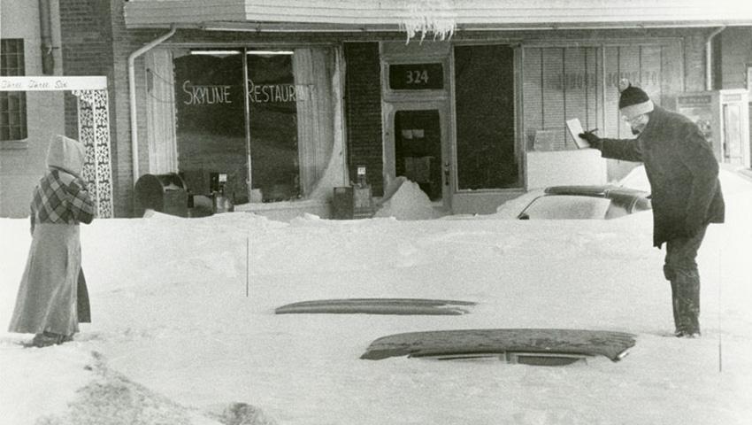 Онтарио и Квебек, Канада 1971 — 61 сантиметр снега Эту бурю прозвали «Восточно-канадская метель 71-го». Снегопад сопровождался сильнейшим ветром, который снижал видимость практически до нуля. Вместе с очень холодной температурой это вызвало смерть 20 человек. Что самое удивительное, жителей провинции Онтарио никто не просил оставаться дома. Но все же снегопад был настолько сильный, что пришлось даже отменить игру местной команды НХЛ «Montreal Canadiens», что для местных жителей стало настоящей катастрофой.