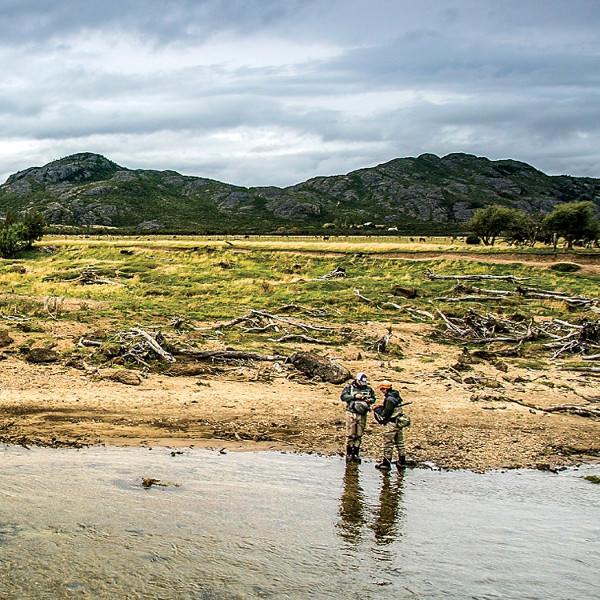 Перебравшись из Чили в Аргентину, вы наверняка заметите, что здесь все больше — горы, реки, стейки и даже рыба. Те, кто приезжает сюда на рыбалку, порой отказываются признавать рыбой все, что меньше полуметра. Городок Тревелин неподалеку от чилийской границы идеально подходит любителей умиротворенно посидеть с удочкой на берегу озера.