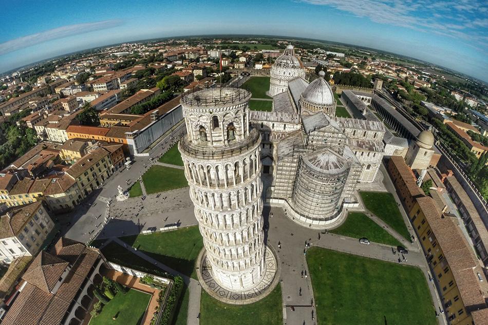Знаменитая Пизанская башня в Италии с высоты птичьего полета.