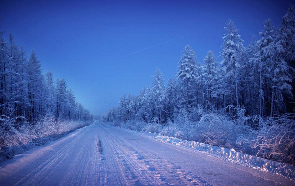 При том, что здесь зимой останавливаться на длительное время на автомобиле, в принципе, опасно для жизни, круглосуточная работа заправочных станций приобретает особо важное значение.