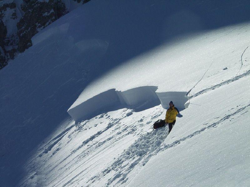 Правило №9 «Снежные доски» образуются, когда в результате действия солнца, ветра на поверхности снежной массы нарастает ледяная корка. Под коркой происходит видоизменение снежной массы, превращающейся в крупу, по которой более массивный верхний слой может начать скольжение. Для начала движения подобным лавинам требуется зачастую самое минимальное воздействие.
