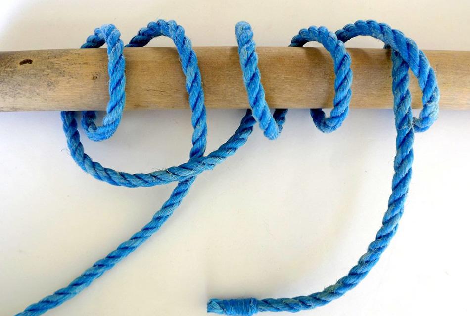 Стопорный узел Этот вид морского узла предназначен для увеличения диаметра троса, чтобы предотвратить его выскальзывание из блока, так как он не скользит и надежно держит. Чтобы стопорный узел стал еще больше по размерам (например, когда диаметр отверстия через который проходит трос, намного больше диаметра троса) можно завязать узел с тремя петлями. Также он может пригодиться, когда нужно сделать удобную ручку на конце троса.