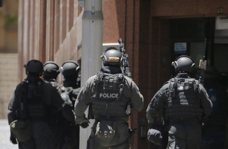 Во время штурма постарайтесь расположиться как можно дальше от окон, дверей и самих террористов. Не бегите навстречу спецслужбам и не совершайте никаких резких движений. Просто лягте на пол лицом вниз, голову закройте руками и не двигайтесь. Дождитесь, когда сотрудники специальных подразделений сами подойдут к вам и выведут из здания.