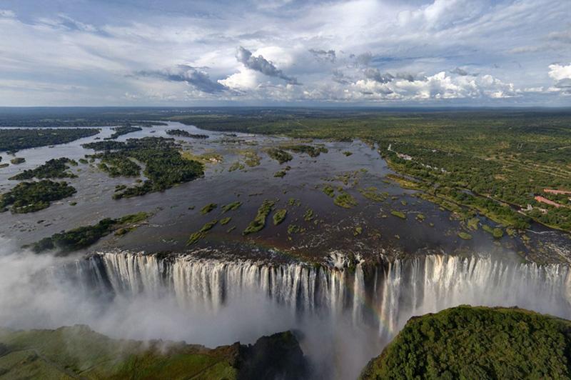 Виктория является единственным в мире водопадом, простирающимся более на 100 метров в высоту и на более 1 километра в ширину. Каждую минуту он низвергает 550 миллионов литров воды, образующих огромное облако брызг, за что местные жители прозвали его «гремящий дым».