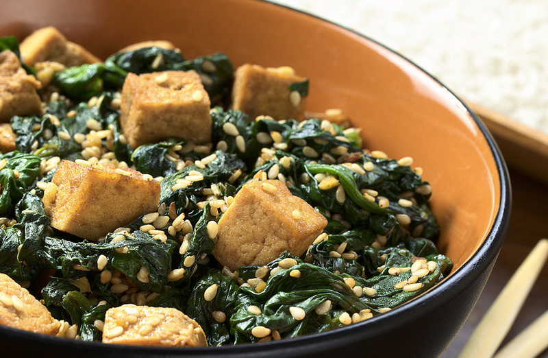 Сокращение калорий В еде окинавцы придерживаются старинного конфуцианского изречения хара хати бу, напоминающего, что не нужно наедаться до отвала. Прием пищи следует завершать в тот момент, когда желудок будет полон на 80%. Чтобы незаметно сократить количество потребляемых калорий на 20% во время каждой трапезы, достаточно перейти на небольшую по размерам посуду, не увлекаться перекусами, есть медленно и стараться употреблять «тяжелую пищу» в первой половине дня.
