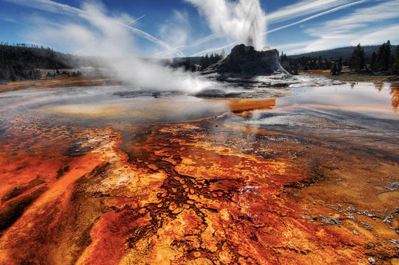 Йеллоустонский национальный парк в США, знаменит не только живописными ландшафтами и природой. Йеллоустон — это еще и громадное гейзерное поле, насчитывающее около 3 тысяч гейзеров, что составляет 2/3 всех гейзеров в мире.