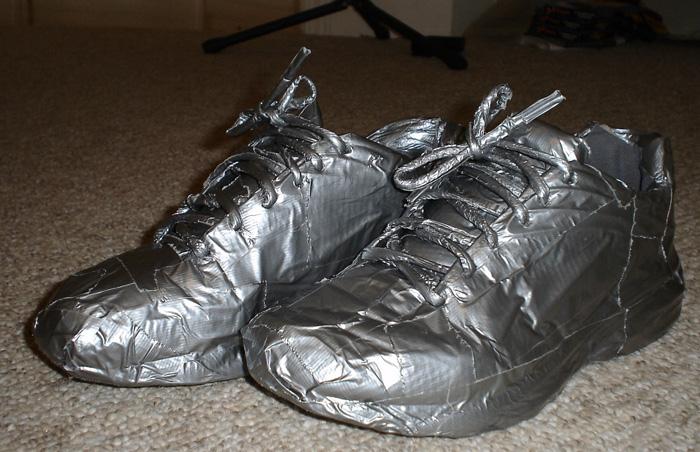 Защита от влаги и утеплитель Если вам предстоит совершить длительный переход, но погода этому никак не благоприятствует, самое время повысить водостойкость вашей обуви. Полностью, начиная от подошвы, оберните обувь скотчем. Для того чтобы сделать обувь еще и теплее, положите в нее стельки. В отсутствии других материалов сделать их можно из той же сантехнической клейкой ленты, которая будет отражать тепло ног, сохраняя его внутри обуви.