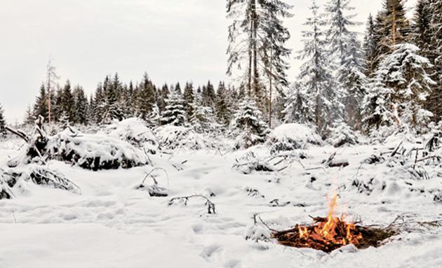 Если оптический способ для вас недоступен, то придется воспользоваться самым трудоемким методом добывания огня — трением. Лучше всего для разведения огня таким способом подходят тополь, можжевельник, осина, ива или кедр. Ветку диаметром 3-4 зажимают между ладонями и интенсивно трут о древесину, одновременно надавливая на нее. В теории выглядит не так уж и сложно, но добыть огонь с первого и даже с пятого раза этим методом вряд ли получится. Поэтому не поленитесь потренироваться и освоить заранее методику разжигания костра своими руками с минимумом или вовсе без всяких вспомогательных инструментов.