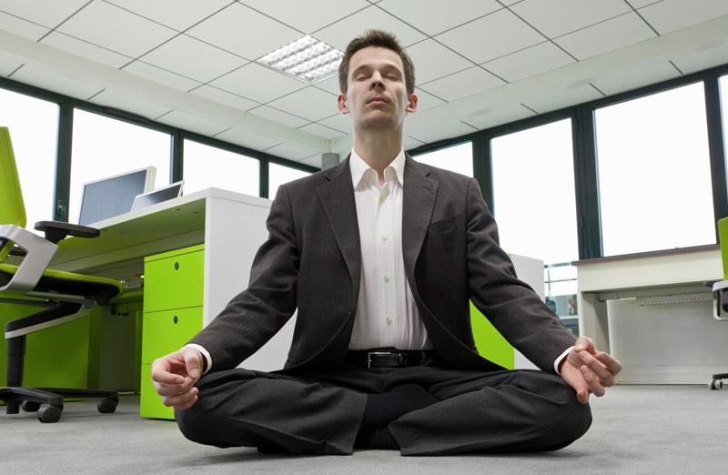 Расслабление и снятие стресса Все долгожители в течение дня устраивают себе небольшие перерывы, чтобы пообщаться с друзьями, забыть на пару минут о срочных проблемах или просто понаблюдать за миром вокруг. Такие паузы позволяют значительно улучшить наше самочувствие, не давая хроническому воспалению, вызванному стрессами, перерасти в серьезные заболевания. В условиях современных мегаполисов устроить мозгу передышку можно посредством йоги и медитации. Если не нравится ни одна из практик, стоит найти занятие себе по душе и иногда полностью погружаться в него, отсекая все хлопоты повседневной жизни.