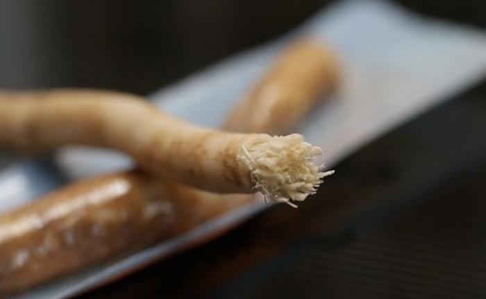 Веточка дуба Для чистки зубов в Киевской Руси пользовались дубовыми кисточками. Веточку дуба жевали до тех пор, пока она не распадалась на волокна. Волокна веточки хорошо очищают зубы от остатков пищи, а выделяющийся сок убивает бактерии и укрепляет десны и зубы.