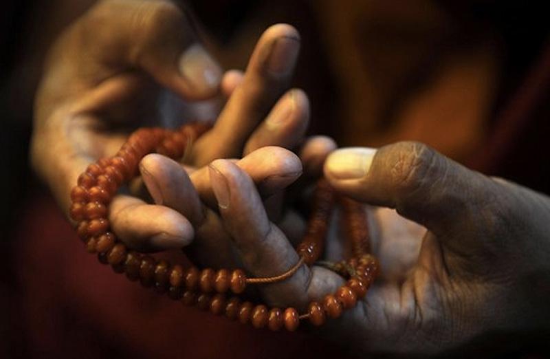 Вера Здоровые долгожители имеют веру. При этом религиозная принадлежность не имеет значения: вы можете быть буддистом, христианином, мусульманином, евреем или индуистом. Люди, посещающие храмы, чаще выбирают здоровые и полезные привычки. Они по умолчанию имеют возможность для размышлений, расслабления и медитации либо посредством молитвы, либо во время службы.