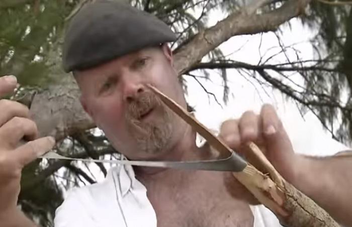 Копье Когда вы оказываетесь один на один с дикой природой, такое оружие как копье точно не будет лишним. Для его создания вам понадобится длинная прямая палка, острая палка и скотч. Если у вас есть нож, то заострить конец палки, сделав из нее наконечник, не составит особо труда. Если же его в вашем арсенале не оказалось, придется проявить смекалку и сломать палку таким образом, чтобы получился заостренный конец или отломать подходящий кусок от поваленного дерева. Приложите получившийся наконечник к длинной палке и скрепите их скотчем.