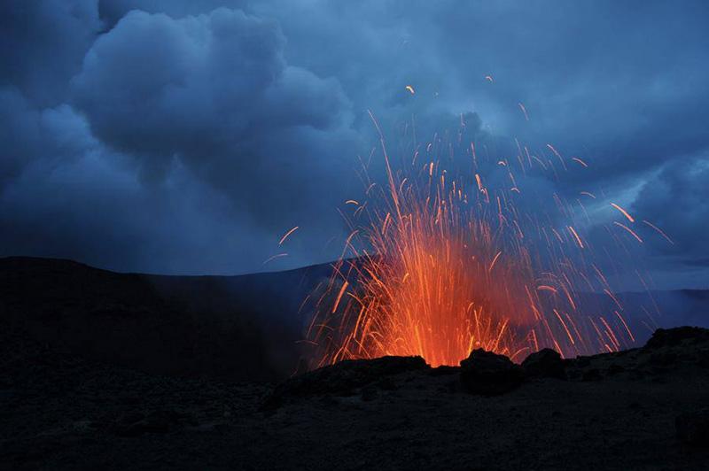 Вулкан Ясур на острове Танна демонстрирует всю свою силу и мощь каждый день, начиная приблизительно с 18 века. Это единственный вулкан в мире, который непрерывно извергается, постоянно выбрасывая раскаленные потоки лавы и пепел.