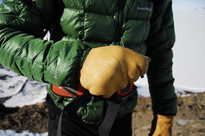 Аксессуары Руки, уши, нос и другие части тела, наиболее подверженные переохлаждению, необходимо закрыть. Поэтому варежки, шапка и шарф должны стать обязательными элементами вашего зимнего гардероба.