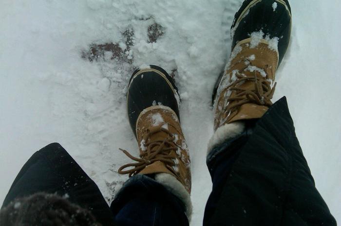 Обувь На время холодов лучше забыть об обуви на тонкой подошве и узких ботинках. Лучшую теплозащиту обеспечивает свободная обувь с утеплителем. Подбирая носки, как и в одежде, отдавайте предпочтение нескольким слоям. В качестве первого слоя оптимально подойдут хлопчатобумажные носки, их можно дополнить носками из шерсти. Если на улице вы почувствуете, что ноги все-таки замерзают, начинайте активно двигаться — это поспособствует притоку в них крови.