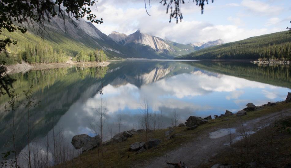 Озеро Медисин, Канада Национальный парк в канадской провинции Альберта выходит к озеру, настолько таинственному, что, скорее всего, вы его не обнаружите, ведь каждую зиму вода в нем попросту исчезает. Но дело вовсе не в испарении. Озеро Медисин скорее напоминает гигантскую ванну длиной 6 километров и глубиной 30 метров, которая наполняется летом, когда таящие в горах ледники попадают в реку Малинье. У реки есть несколько своеобразных воронок — в озере Медисин находится как раз одна из них, — которые отводят потоки реки в систему подземных пещер, и затем река вновь выходит на поверхность в каньоне Малинье. Несмотря на огромные объемы воды с ледников, весь процесс поглощения занимает всего несколько недель. Тайна озера Медисин была разгадана только в 1970-х годах.