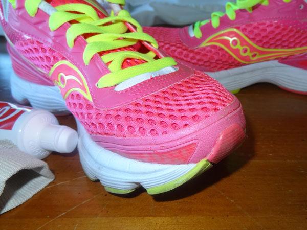 Светлая обувь Темные следы от грязи или шарканья сильно портят внешний вид белой или светлой обуви. Исправить это легко — просто протрите черные отметины зубной пастой. Прием работает как со спортивной, так и с кожаной обувью.