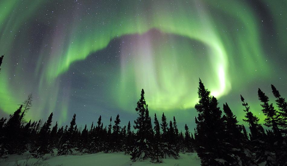 Полярное сияние Северное, или Полярное, сияние происходит из-за того, что верхние слои земной атмосферы, обладающие магнитосферой, вступают во взаимодействие с заряженными частицами солнечного ветра. Сияние может иметь самые разные оттенки — зеленый, белый, фиолетовый или красный. Чтобы насладиться этим уникальным природным феноменом в северном полушарии — от Мурманской области до Аляски — достаточно двух условий: безоблачной погоды и солнечной активности.