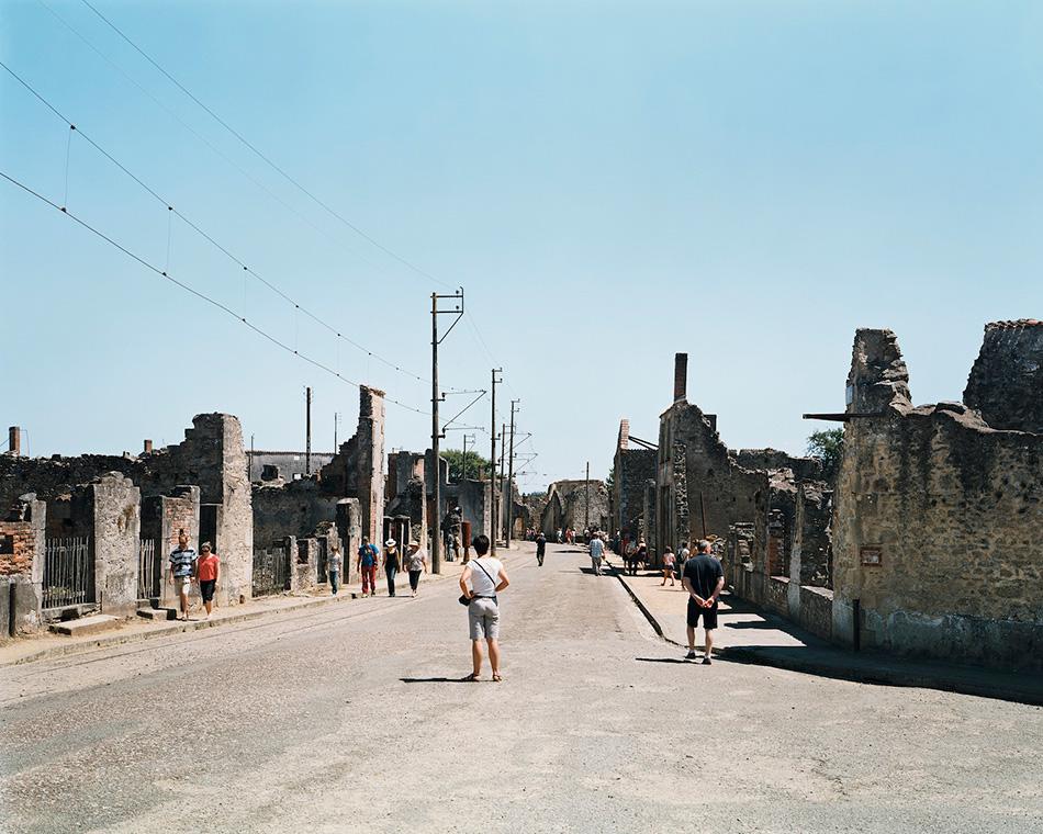 Руины поселка Орадур-сюр-Глан, Франция Еще один город-призрак в этом списке, а также очередной памятник преступлениям нацистского режима. Правда, это скорее поселок, чем город. В 1944 году он был полностью уничтожен немецкими войсками, которые пытались найти своего захваченного в плен партизанами штурмбаннфюрера. Всех жителей поселка собрали в центре, после чего мужчин отвели к сараям и расстреляли, а женщин и детей заперли в церкви и подожгли, расстреливая тех, кто пытался выбраться. Было убито 197 мужчин, 240 женщин и 205 детей, пятерым мужчинам и одной женщине удалось выжить. После войны, в 1953 году, 65 из 200 солдатов, которые участвовали в резне, судили, однако многие из них впоследствии были амнистированы. Решением Шарля де Голля, поселок был объявлен мемориальным центром, его руины были оставлены в назидание потомкам.