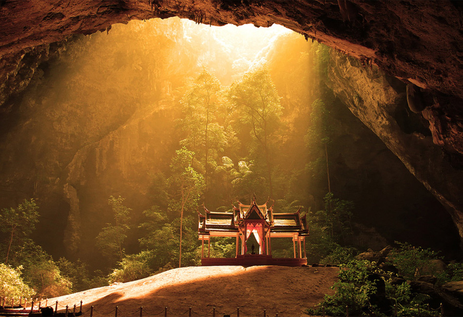 Храм внутри таиландской пещеры