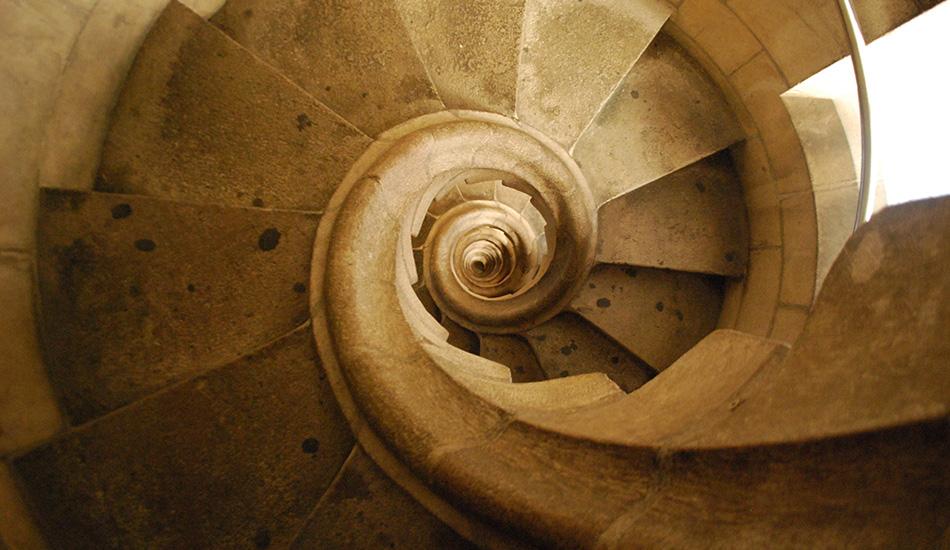 Храм Святого Семейства, Барселона, Испания Винтовые лестницы этого католического собора больше похожи на игрушки-пружини Слинки. Причем здесь даже нет перил, которые защитят вас от падения к основанию этого творения знаменитого Антонио Гауди.