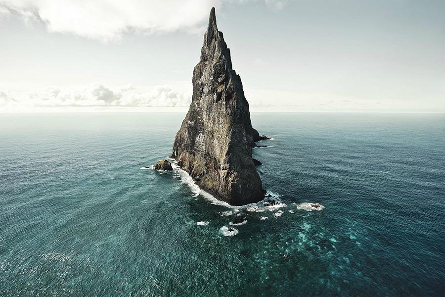 Болс-Пирамид — это эрозионные остатки щитового вулкана и его кальдеры (круглое углубление в конце жерла), которым, исходя из калий-аргонового анализа, примерно 7 миллионов лет. Внешне остров напоминает парус, высота на уровнем моря достигает 562, а наибольшая ширина — около 200 метров.