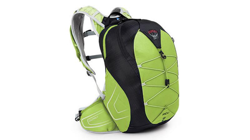 Рюкзак Если вы серьезно увлечены пробежками до работы, вам понадобится специальная сумка для рабочих принадлежностей, воды и сменной одежды. Хороший вариант — рюкзаки фирмы Osprey со специальными застежками на талии и системой вывода воды. Полость для воды можно убрать, чтобы освободить место для рабочей одежды (обувь обычно оставляют в офисе). У рюкзаков на лямке также есть карман для смартфона, что облегчит вам доступ к вашим фитнес-приложениям. Ориентировочная цена: 3000 — 6000 рублей.