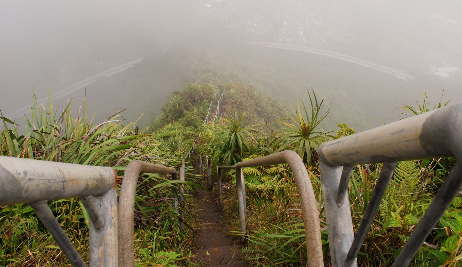 Лестница Хайку, Гавайи, США Может ли лестница быть настолько страшной, что ее попросту закроют? Да, 3922 расшатанных ступеней, ведущих к вершине Кулау гавайского острова Оаху несут в себе настолько большие риски, что подниматься по ним в прямом смысле незаконно. До такой степени, что внизу есть охрана, которая не даст вам подняться. Эта лестница, названная «Лестницей в Небо» была построена солдатами ВМФ США в 1942 году для прокладки коммуникаций в годы Второй мировой войны. В послевоенное время этот маршрут облюбовали хайкеры, но к 1987 его пришлось закрыть из соображений безопасности.
