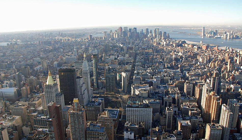 Крыша Эмпайр-стейт-билдинг Каменные джунгли Нью-Йорка — это то, что оставляет многих туристов в замешательстве на долгие годы, а порой даже слишком их пугает. Не прекращающаяся и ночью жизнь кипит на здешних улицах. Однако если вы хотите подняться над всей этой суматохой, то нет лучше способа, чем доехать на лифте до обзорной площадки одного из самых известных небоскребов в мире Эмпайр-стейт-билдинг.