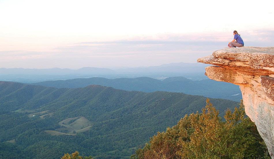 Апплачская тропа, США Дистанция: 3510 километров Апплачская тропа — настоящая королева туристических троп. От горы Катадин в штате Мэн до горы Спрингер в Джорджии вас отделяет всего-навсего 5 миллионов шагов. Однако идиллические виды первоклассных североамериканских лесов Национального парка Грейт-Смоки-Маунтинс в Северной Каролине должны скрасить ваше путешествие. Из потенциальных опасностей можно назвать бурого медведя, ядовитых змей, ядовитого плюща и клещей-распространителей болезни Лайма.
