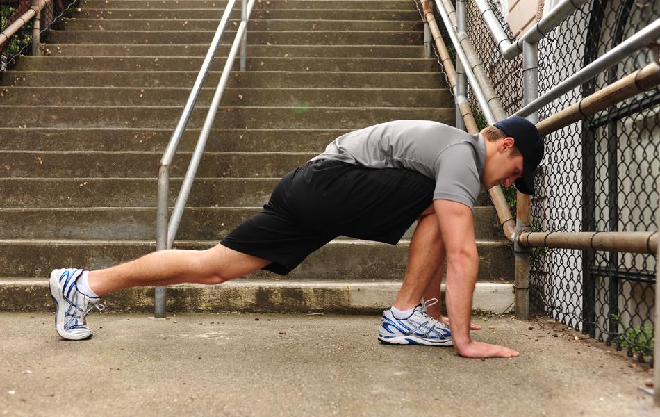 Стретчинг 10 минут растяжки в день способны спасти от множества травм, которые подстерегают на трассе похода. Ямы, кочки, горки и множество других естественных препятствий сильно нагружает связки ног. Для подготовки ног подойдут как стандартные методы стретчинга, так и необычные, вроде йоги или пилатеса. Главное тут дать нагрузку тем частям ног, которые находятся в зоне опасности — подколенные сухожилия, внутренняя часть бедер, а также мышцы и сухожилия голени.