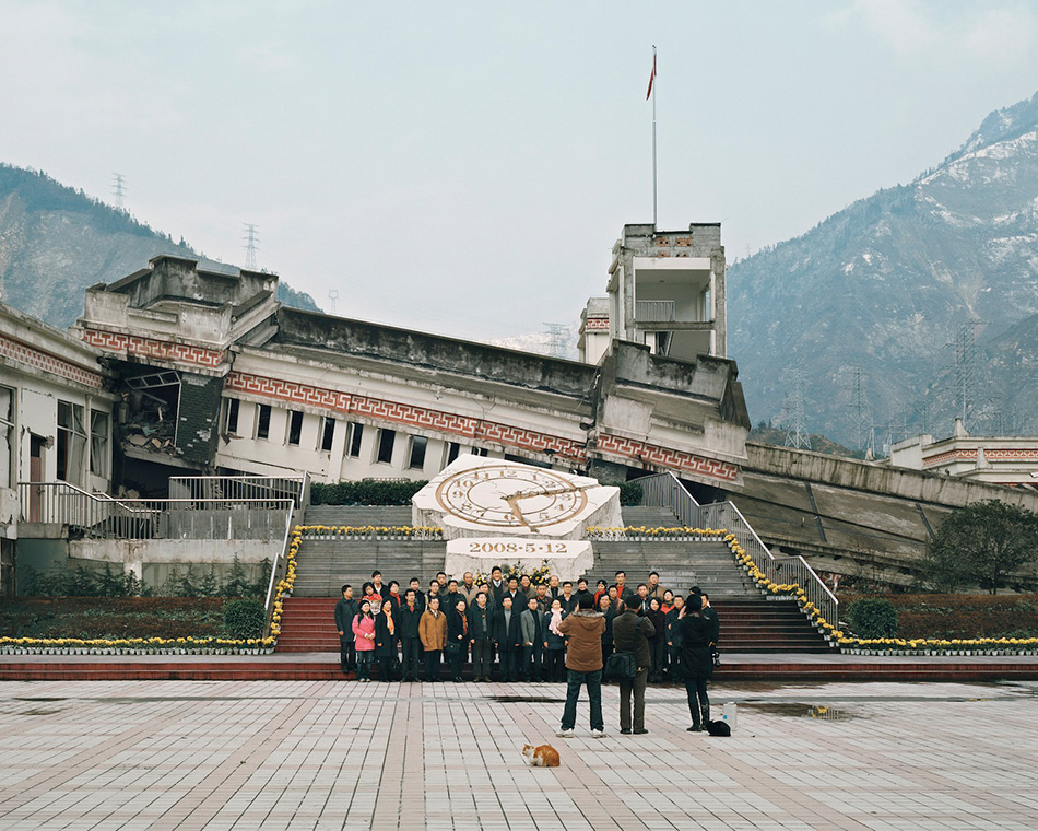 Руины Сычуаньского землетрясения, Китай Мощнейшее землетрясение произошло 12 мая 2008 года в китайской провинции Сычуань и унесло жизни более 69 тысяч человек. Еще более 288 тысяч пострадало, а 18 тысяч считаются пропавшими без вести. Эти цифры сообщают официальные источники. За публикацию не попавшей в официальную статистику информации о погибших, а также за расследование коррупции среди местных чиновников и бизнесменов, из-за которой строились сейсмоуязвимые здания, известный художник и диссидент Ай Вэйвэй подвергался преследованиям и аресту. На фото группа туристов в городе Хуанькоу позирует на фоне начальной школы, где погибло около 250 человек, и средней школы, где погибло 53 человека.