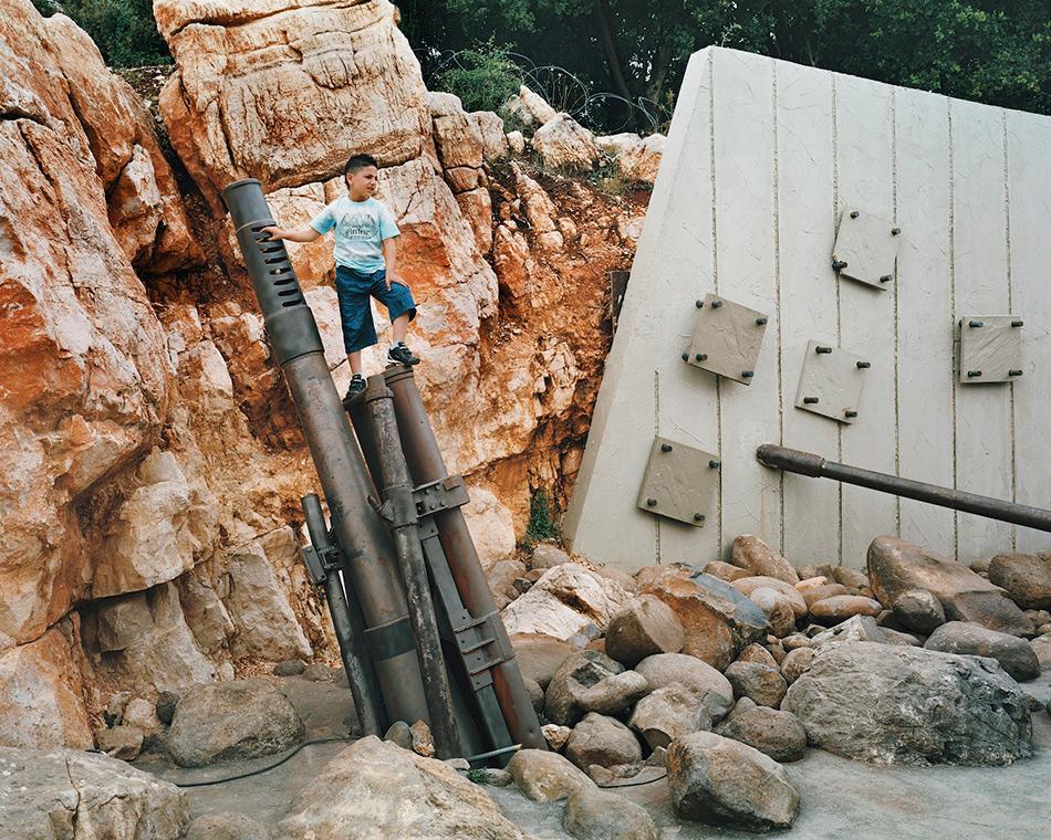 Музей сопротивления Хезболла, Ливан Эту экспозицию под открытым небом, более известную как Памятник сопротивлению или Музей сопротивления Хезболла, также называют «Хезболла-ленд» или «Музей джихада». Мемориал был создан в ливанском городе Млита исламской военной организацией Хезболла в память о боях с израильскими войсками, которые проходили на этой территории с 1982 по 2000 год. Туристов встречают гиды, приветствуя их на «территории противостояния, чистоты и джихада». Большинство объектов представляют из себя образцы вооружений, бункеры, тоннели и прочие военные объекты. Туристам повсюду тщательно доносится информация, что все военные действия Хезболла вела исключительно в оборонительных целях.