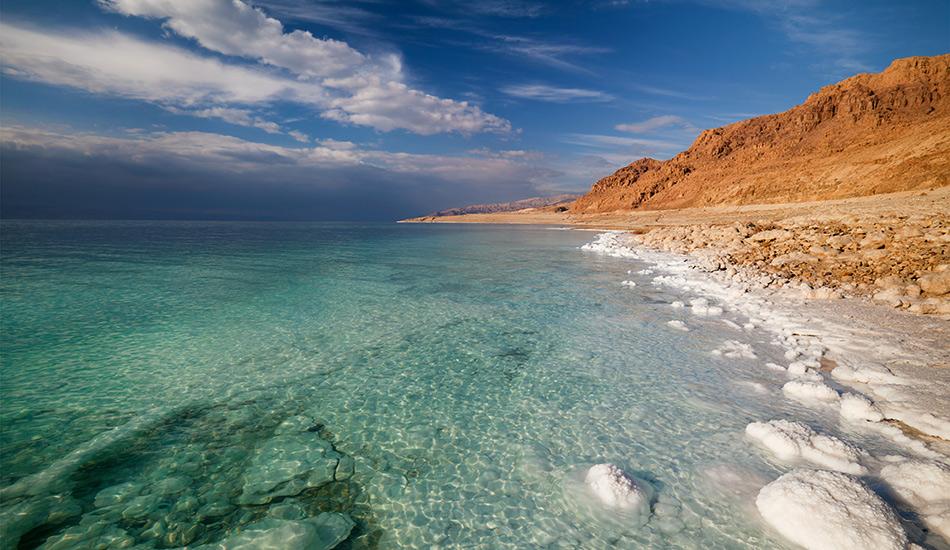 Мертвое море, Израиль/Иордания Это море в 10 соленее любого другого моря на планете — 35% против 3,5%. Благодаря такой концентрации соли вы всегда остаетесь на поверхности, а ваши кожа и суставы получают отличный лечебный эффект. Уровень воды в Мертвом море на 427 метров ниже уровня моря и падает со скоростью примерно 1 метр в год — это самое низкое место на планете.