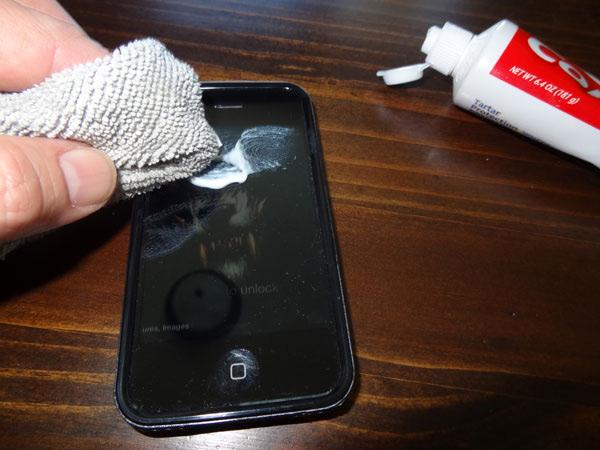 Экраны мобильных устройств Возможности зубной пасты постоянно расширяются — с появлением смартфонов она стала способна чистить и их экраны, а также экраны любых других мобильных устройств. Без защитной пленки экраны очень быстро становятся исцарапанными, и если повреждения неглубокие, то вы можете избавиться от них, нанеся на поверхность тонкий слой зубной пасты с помощью хлопковой тряпки. После этого протрите экран второй тряпкой.