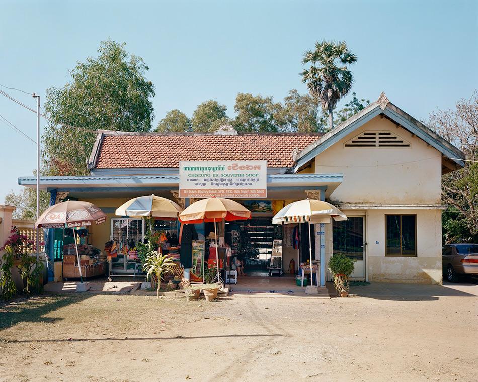Поля смерти, Камбоджа Чоенг Эк— участок бывшего сада, где растили орхидеи, и китайского кладбища в 17 километрах к югу от камбоджийской столицы Пномпень — самое известное из так называемых Полей смерти, где режим Красных Кхмеров — коммунистическое движение аграрного толка — казнил приблизительно 17 000 человек между 1975 и 1978 годами. После падения режима в братских могилах было найдено 8 895 тел. Сегодня Чоенг Эк— мемориал с буддистским храмом, прозрачные стены которого заполнены более чем 5 тысячами человеческих черепов. Кроме храма в этой туристической достопримечательности есть ямы, из которых выкапывались тела. Человеческие кости до сих пор можно разглядеть в грязи. За годы правления Красных Кхмеров, по разным данным, было убито от 1 до 3 миллионов человек. На фото — магазин сувениров.