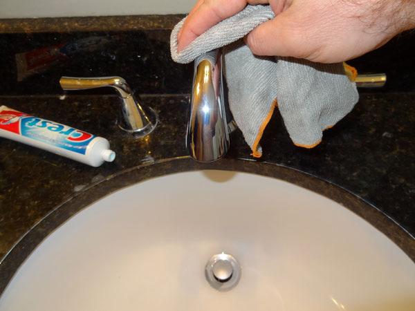 Хромированные изделия В следующий раз, когда будете чистить зубы, обратите внимание на пятна на вашем кране. Небольшое количество зубной пасты, нанесенное на губку, заставит его блестеть настолько, что вы сможете увидеть собственное отражение. Это работает с любыми хромированными изделиями — от зубных коронок до автомобильных дисков.